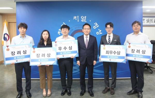 양병수 대전지방국세청장(왼쪽 네 번째)이 11일 창의아이디어 공모전 수상자들(좌부터 김홍용, 주효정,김영기, 이승석, 정상천)과 기념촬영을 하고 있다.