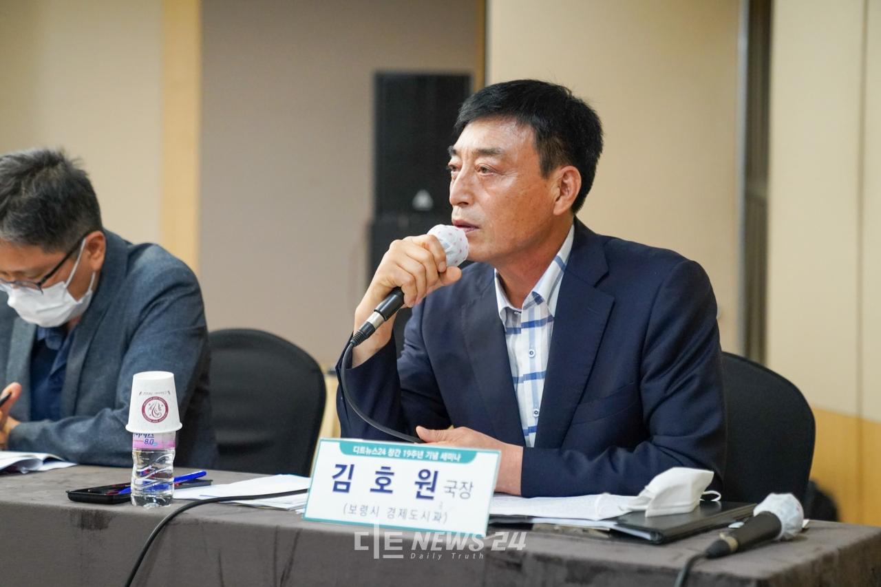 김호원 보령시 경제도시국장이 30일 대전 인터시티호텔에서 열린 대전~보령~보은 직선고속도로 건설 방안 모색을 위한 토론회에 참석해 발언을 하고 있다.